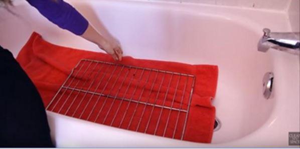vos grilles de four sont toujours sales cette astuce de nettoyage est celle qui vous faut. Black Bedroom Furniture Sets. Home Design Ideas