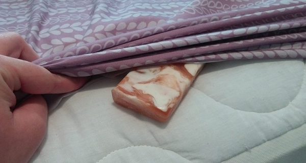 SHE-PUTS-A-BAR-OF-SOAP-UNDER-HER-SHEET.-THE-REASON-WHY-IS-GENIUS