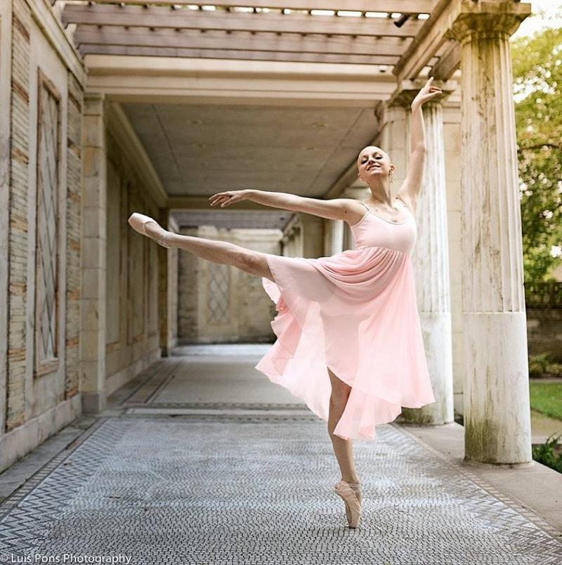 Atteinte d'un cancer en phase terminale, cette ballerine n'abandonne Pas sa passion de danser !