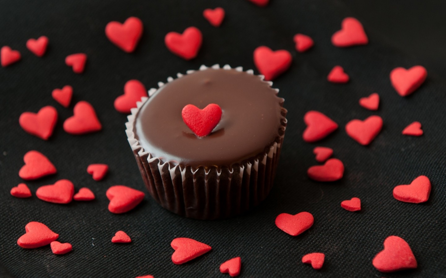 a-chocolate-muffin-with-a-red-heart_1440x900