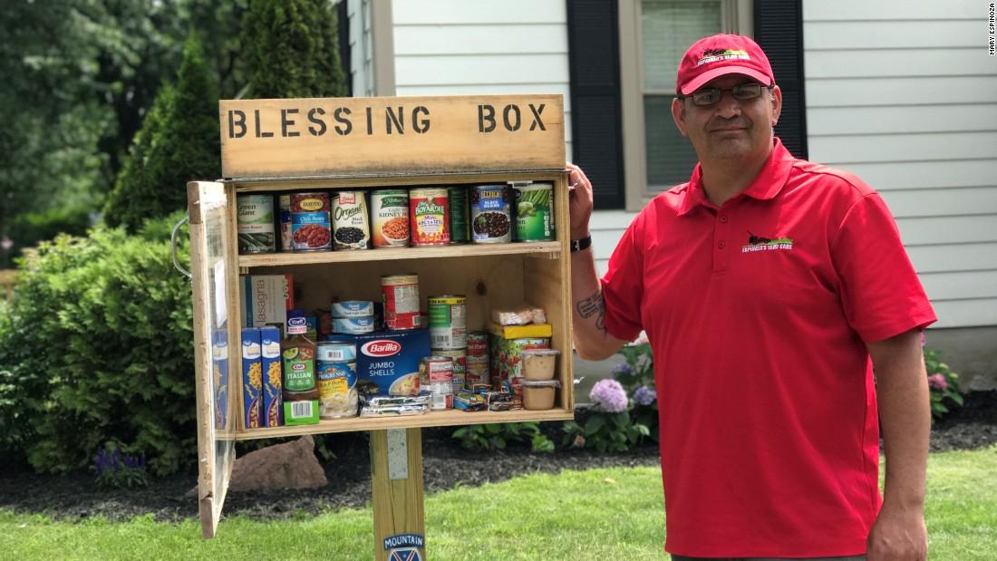 Cet homme a construit un garde-manger sur sa pelouse pour nourrir les personnes en besoin !