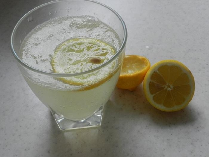 Préparez et buvez du jus de citron pour traiter la goutte !