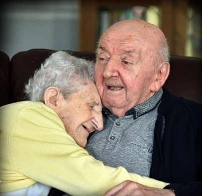 « On ne cesse jamais d'être mère »: Une femme de 98 ans emménage dans une maison de retraite pour s'occuper de son fils de 80 ans.