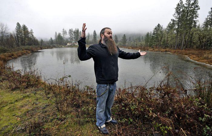 Un couple obligé de détruire un bel étang dans leur propriété, juste parce que le gouvernement détient l'eau de pluie.
