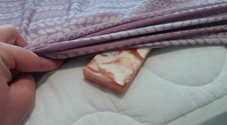 Elle met un morceau de savon chaque soir sous sa couverture ? La raison est carrément géniale !