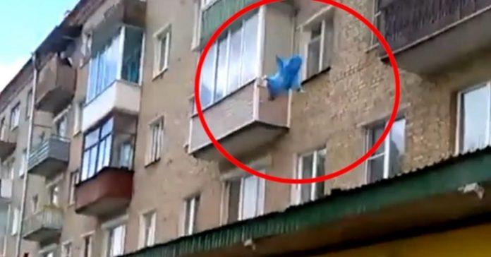 Cette vidéo a fait le tour du monde ! le père jette son bébé de 11 mois du 5e étage pour le sauver.