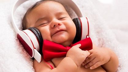 bebe-qui-ecoute-de-la-musique