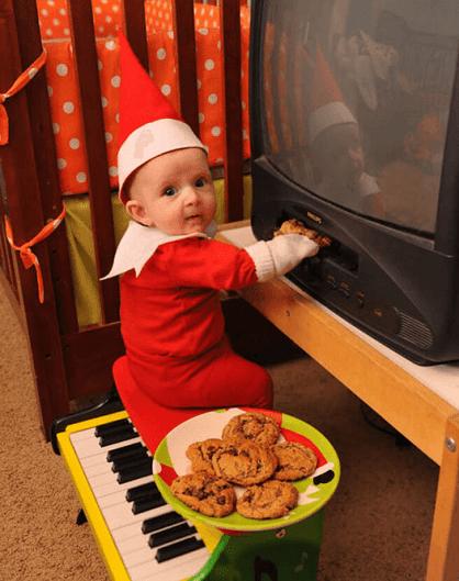 Ce papa utilise son adorable bébé de 4 mois pour recréer « l'Elf on the Shelf » ou « le lutin sur l'étagère ».