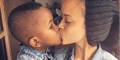 Avertissement d'un psychologue: Embrasser vos enfants sur les lèvres est «trop sexuel» et peut les embrouiller !