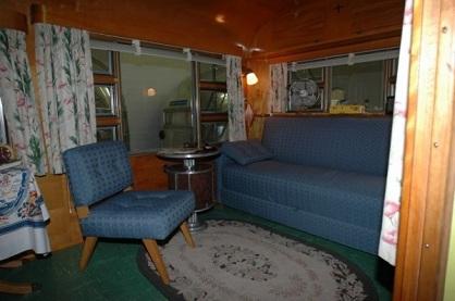 On ouvre la porte d'une caravane inutilisée depuis 65 ans, ce qu'on retrouve à l'intérieur est incroyable…