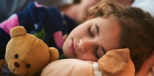 Est-ce bénéfique de s'allonger auprès de vos enfants jusqu'à ce qu'ils s'endorment ? La science pense que oui !