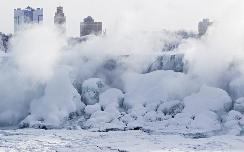 Les chutes du Niagara se gèlent et créent de massives sculptures de glace !