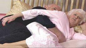 Après 50 ans de mariage, un couple était allongé au lit un soir, lorsque la femme a senti que son mari commençait à la masser