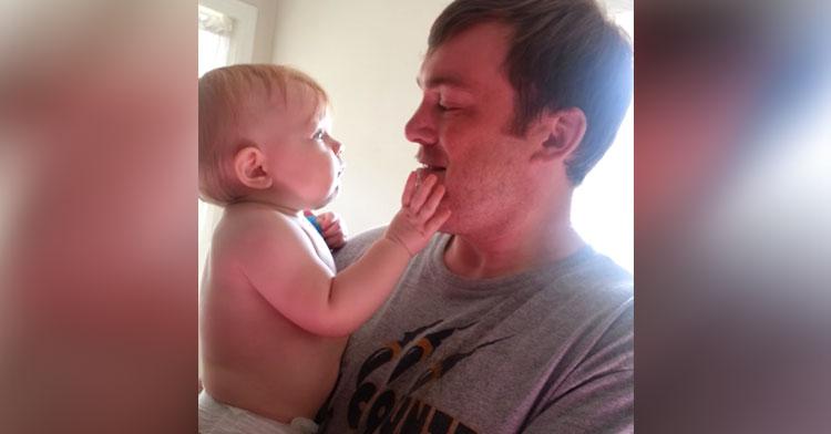 f4f7716c12f02 Un bébé voit son père sans barbe pour la première fois et à une adorable  réaction