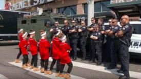 Des policiers reçoivent une plainte à propos du bruit des petits danseurs, qui se transforment en « bataille épique » inoubliable pour la ville !