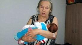 Elle accouche à l'âge de 60 ans, mais peu après, son mari les abandonne parce que le bébé pleure trop