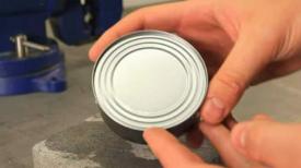 Besoin d'ouvrir une conserve, mais pas d'ouvre-boite ? Solution ingénieuse avec une simple cuillère
