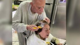 La tendre image du mari aidant sa femme à se colorer les cheveux : ils sont en isolement et ont 92 ans