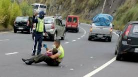 Un policier réconforte un garçon de 4 ans après un accident de voiture en le serrant contre lui