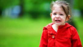 """"""" Un abandon cruel """" Une maman sans cœur """" jette """" sa petite fille dans la rue"""
