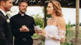 La mariée lit les messages que son fiancé a envoyé à sa maîtresse au lieu de ses vœux de mariage