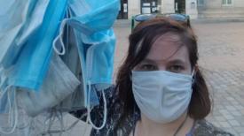 Une femme amasse des centaines de masques par terre en allant au travail tous les jours