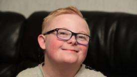 Un enfant de 11 ans atteint de trisomie 21 reste nu sous la pluie sous les yeux de ses professeurs