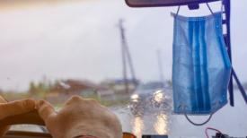 Accrocher votre masque au rétroviseur pourrait vous coûter très cher!