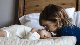 Bébé et sœur trouvés seuls à côté des cadavres de parents, morts après avoir mangé des cornichons empoisonnés