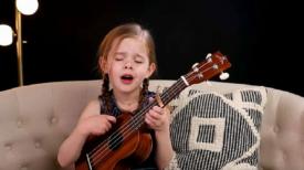 Une fillette de 6 ans chante un classique d'Elvis en jouant du ukulélé – regardez la performance qui est devenue virale