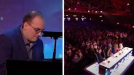 Le pianiste commence à jouer les classiques de Queen – puis il fait découvrir ceux qu'il a dissimulés dans la foule, et c'est le délire dans le public