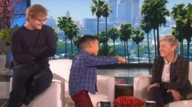 Ce garçon chante un classique d'Ed Sheeran pour Ellen : Maintenant, regardez quand il réalise qui s'est faufilé dans son dos